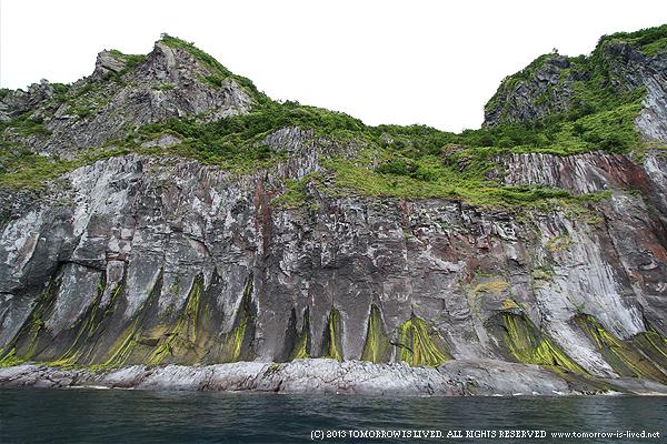 硫黄の染み出した岩壁